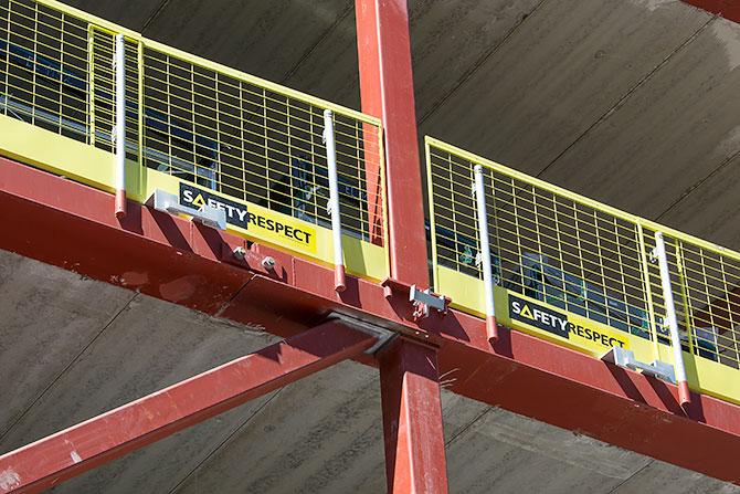 İskelede, çelik kiriş üzerine önceden yerleştirilmiş bağlantı elemanı, kenar koruma ekipmanının montajını kolaylaştırmaktadır.