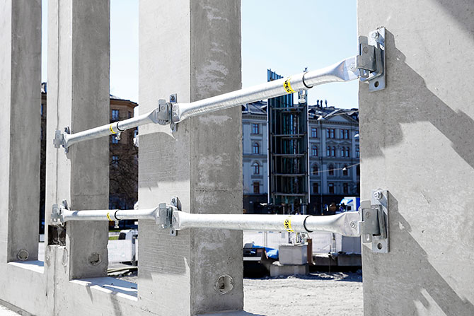 Duvar açıklıkları riskli bölge teşkil ettiği için kenar güvenliği sağlanmalıdır. Açıklıkların iki tarafı için de duvar braketleri, ayarlanabilir bağlantı kolları ile kullanılmalıdır.