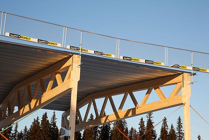 Çatı koruması uygulamalarında, ahşap yapıya alüminyum koruma sistemi monte edilebilir. Sonrasında bağlantı elemanları eşliğinde montaj yapılabilir.