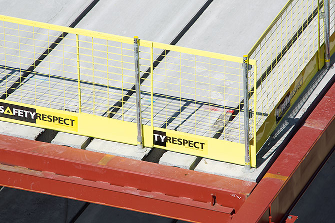 Döşeme kenarları inşaatlarda düşme kazalarının en çok yaşandığı alanlardır. Kenar koruma sistemi döşemenin üst yüzeyine ya da döşeme yan alın kısmına monte edilebilir.